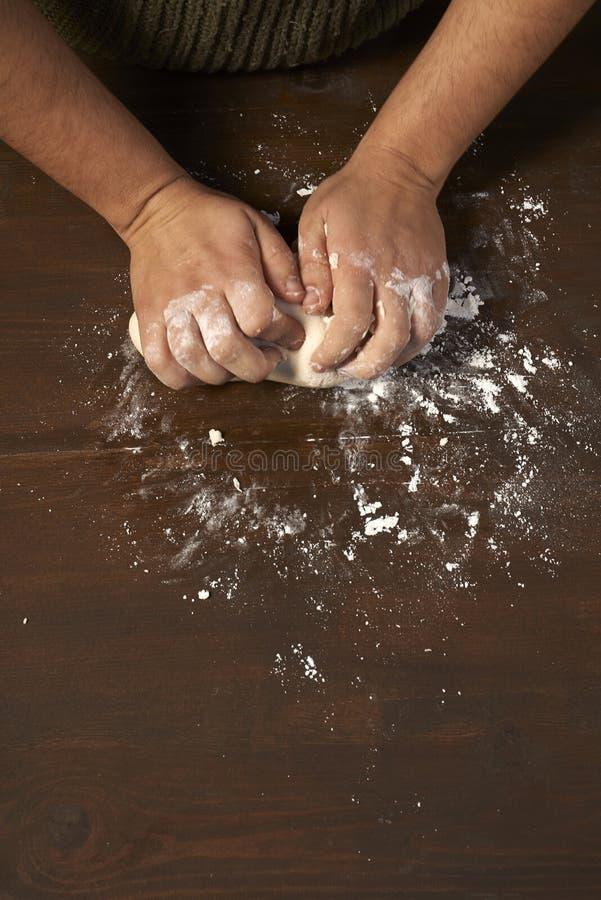 Kobiet ręki ugniata ciasto zdjęcia royalty free