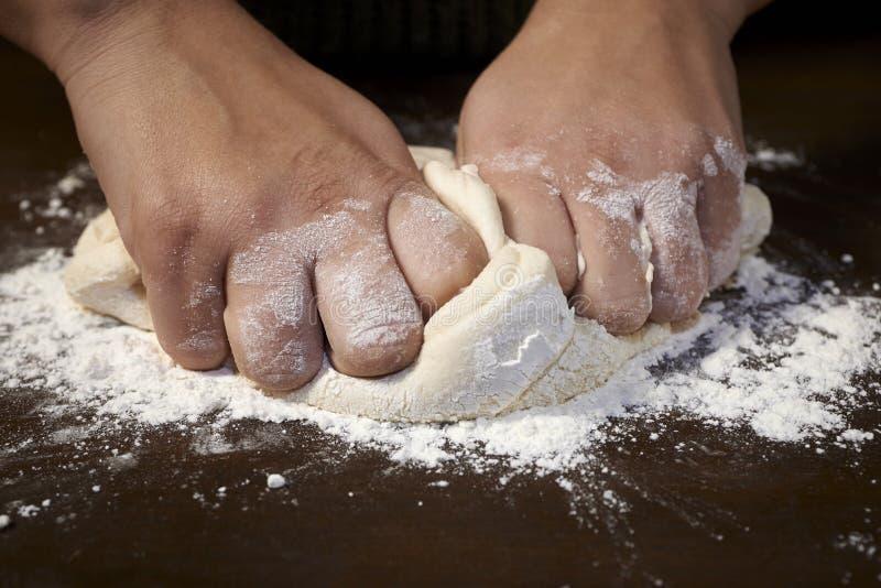 Kobiet ręki ugniata ciasto fotografia stock