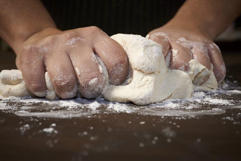 Kobiet ręki ugniata ciasto obrazy stock