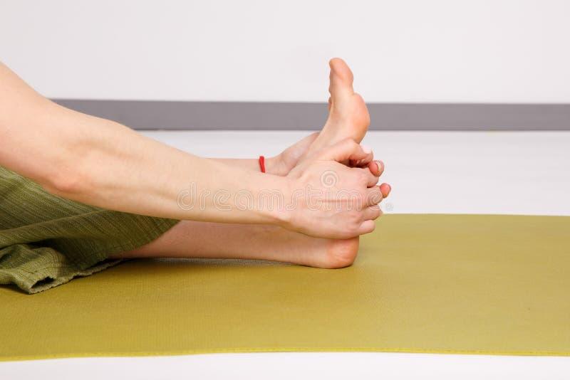 Kobiet ręki w joga pozie i noga obrazy royalty free