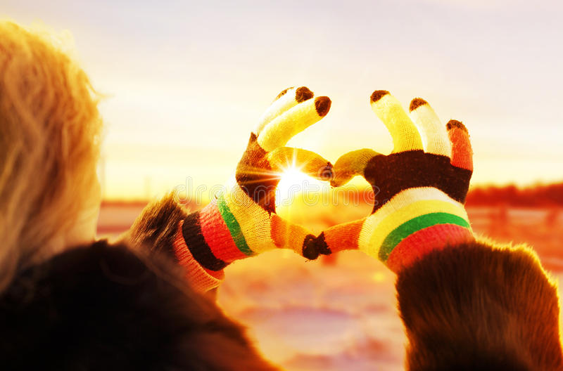 Kobiet ręki w zim rękawiczkach backlit ciepłą łuną słońce zdjęcia royalty free