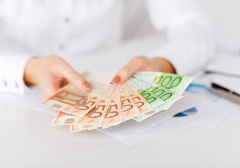 Kobiet ręki z euro gotówki pieniądze fotografia stock