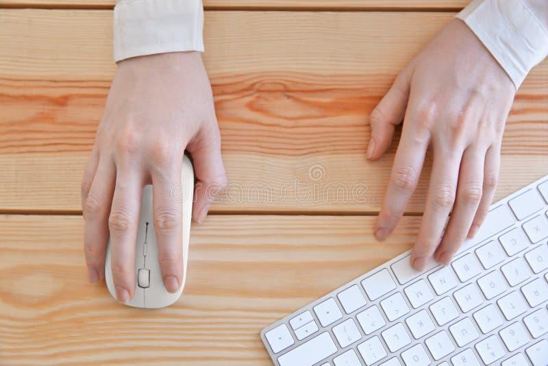 Kobiet ręki z komputerową myszą i klawiaturą obrazy stock