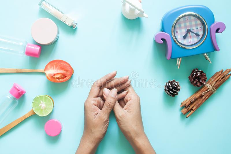 Kobiet ręki z kosmetycznym zbiornikiem i naturalnymi piękno składnikami Skincare i opieka zdrowotna zdjęcie stock