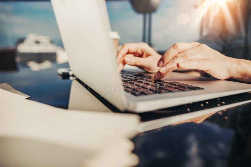 Kobiet ręki z laptop klawiaturą odizolowywającą na zamazanym tle obrazy stock