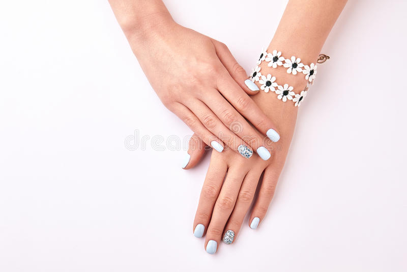 Kobiet ręki z manicure'em i piękną bransoletką zdjęcie royalty free