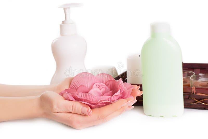 Kobiet ręki z manicure'em i ręką dbają produkty obrazy stock