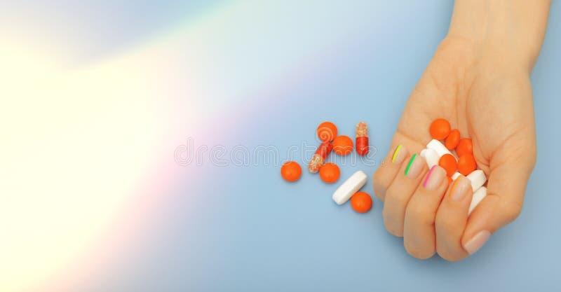 Kobiet ręki z pięknym nowożytnym manicure'em i pigułki z światłami, zdrowy gwoździa pojęcie obraz stock