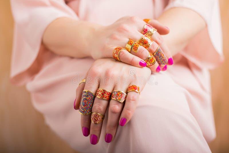 Kobiet ręki z pięknymi pierścionkami fotografia royalty free