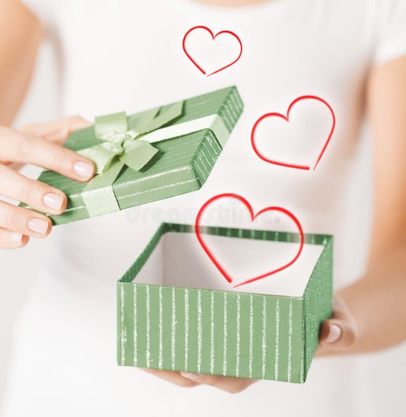 Kobiet ręki z prezenta pudełkiem zdjęcia stock
