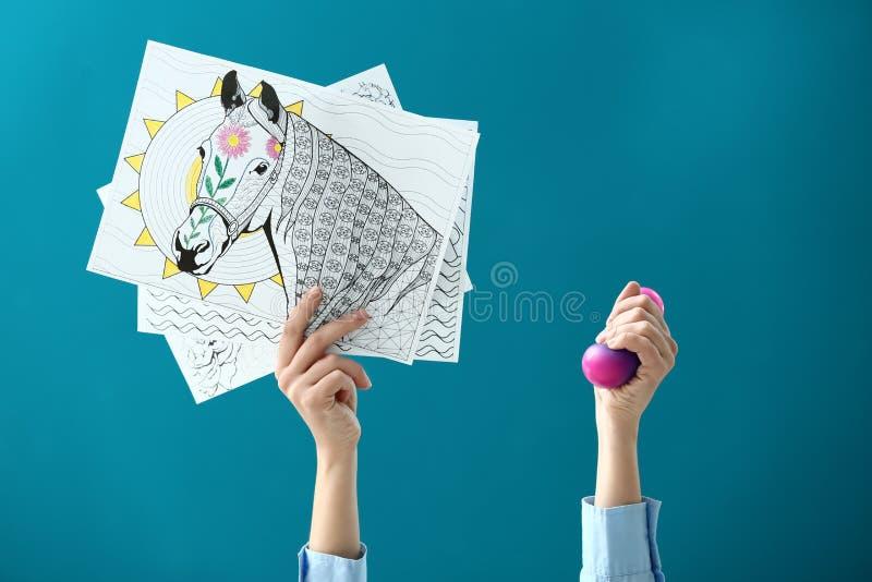 Kobiet ręki z zentangles i stres piłka na koloru tle obrazy stock