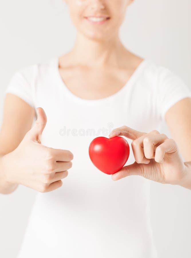 Kobiet ręki z sercem