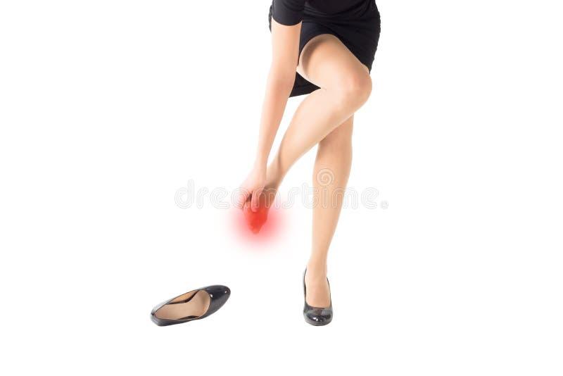Kobiet raniący i nacierający palec u nogi szpilki ciasnymi butami, odosobnionymi na bielu obraz stock