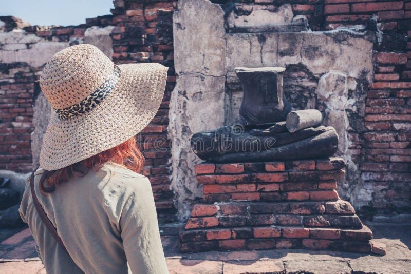 Kobiet rekonesansowe antyczne ruiny obrazy stock