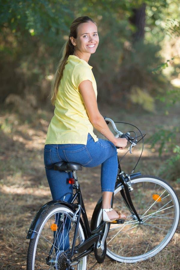kobiet rowerowi lasowi potomstwa obraz stock