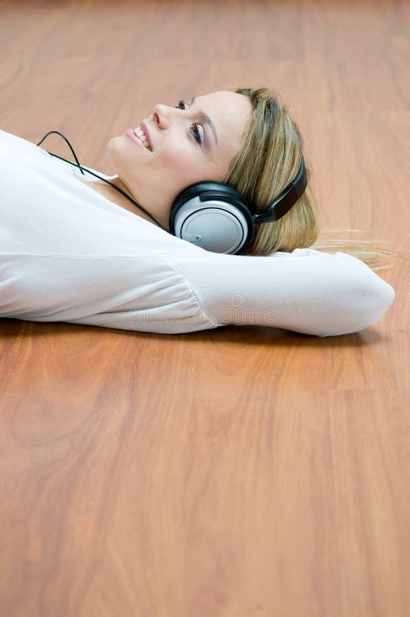 kobiet słuchający muzyczni potomstwa fotografia stock