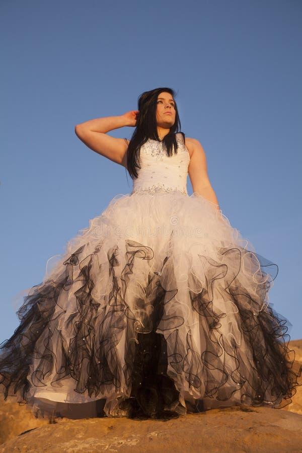 Kobiet skał niebieskiego nieba spojrzenia formalna strona fotografia royalty free