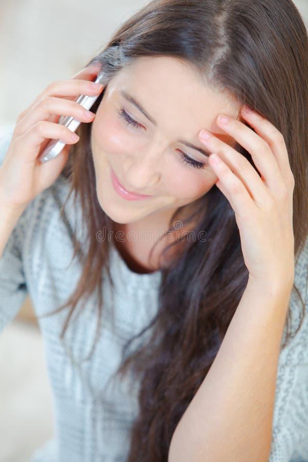 Kobiet spojrzenia martwiący się podczas rozmowy telefonicza obraz royalty free