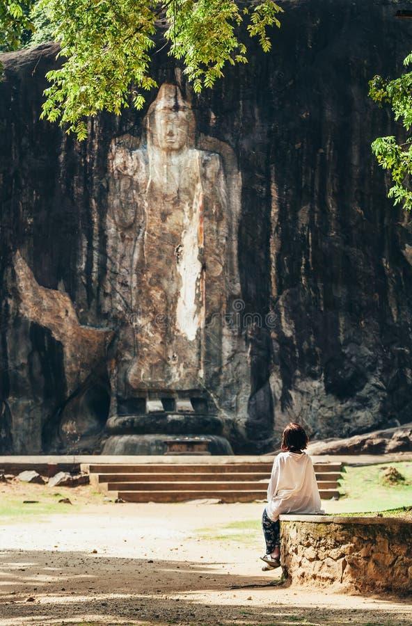 Kobiet spojrzenia na Buduruwagala - stara Buddha statua w Sri Lanka zdjęcia stock