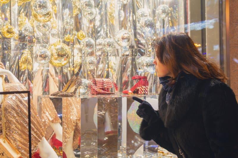 Kobiet spojrzenia w okno sklep obraz stock