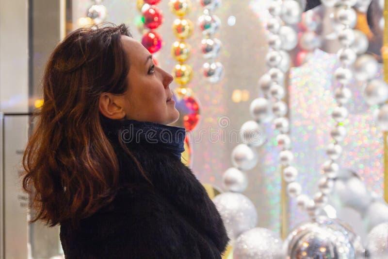 Kobiet spojrzenia w okno sklep zdjęcie stock