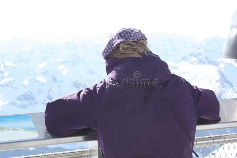 kobiet tylni potomstwa Obserwaci platforma na Kaprun, Austria obrazy royalty free