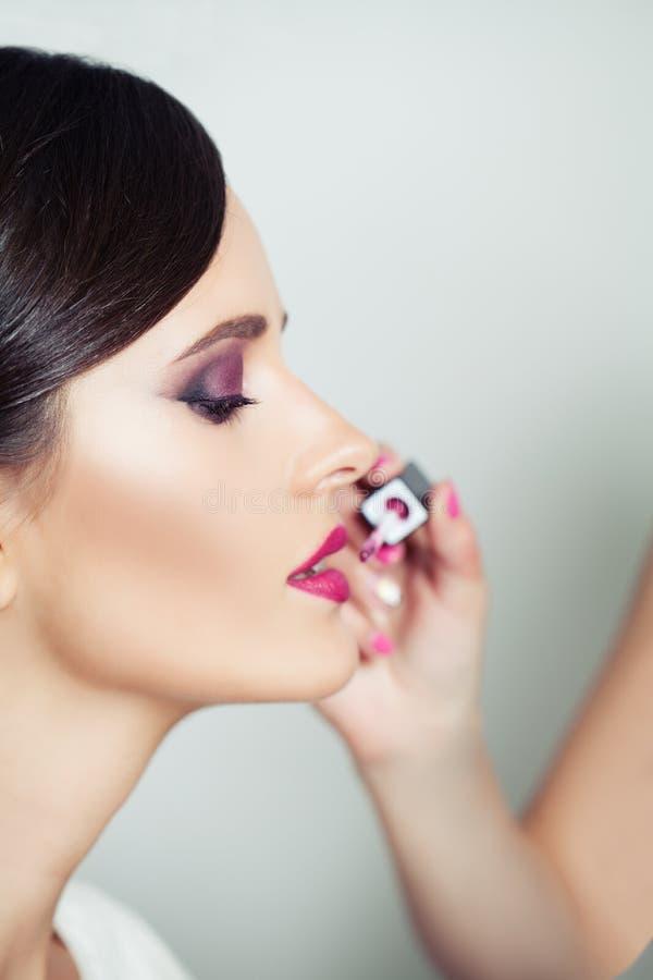 Kobiet wargi i pomadki zbliżenie, zamazany makeup tło fotografia royalty free