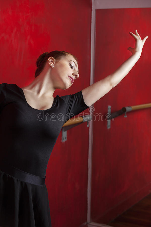 Kobieta Ćwiczy Baletniczego tana W studiu obrazy stock