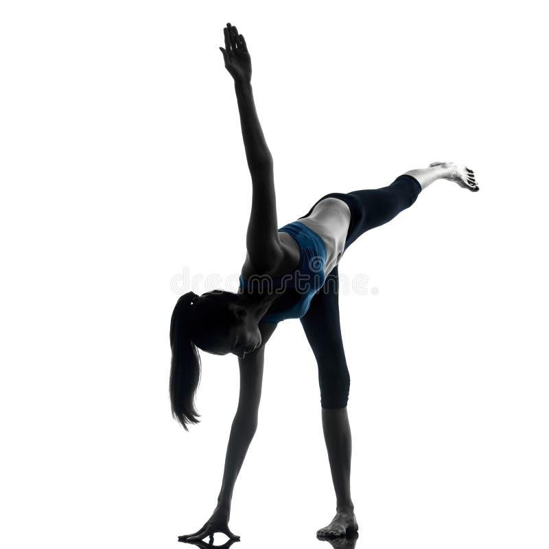 Kobieta ćwiczy joga wojownika pozycję fotografia royalty free