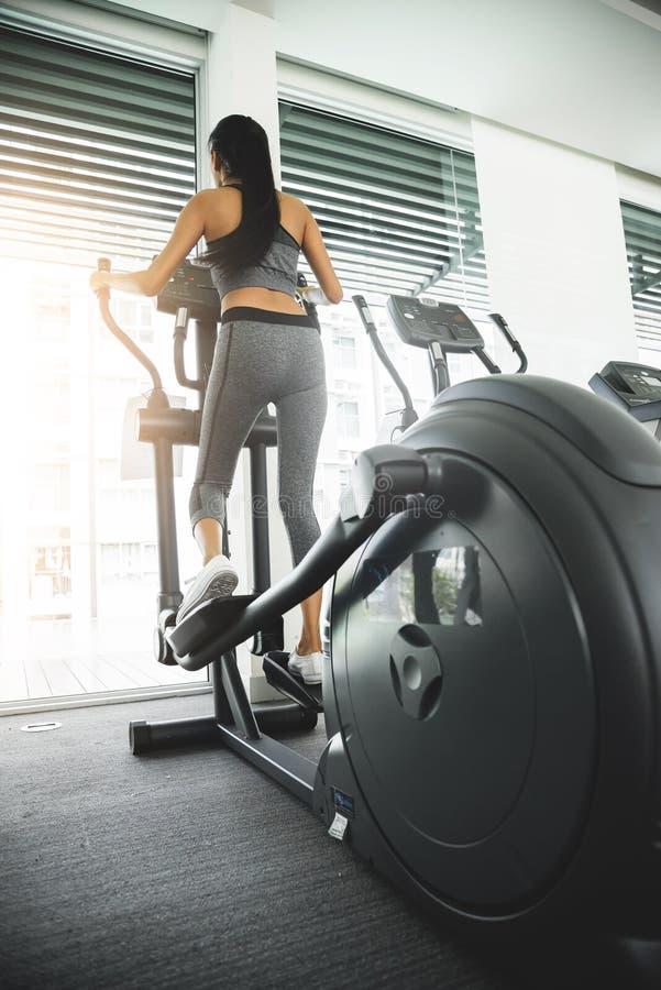 Kobieta ćwiczy na elliptical trener maszynie zdjęcie stock
