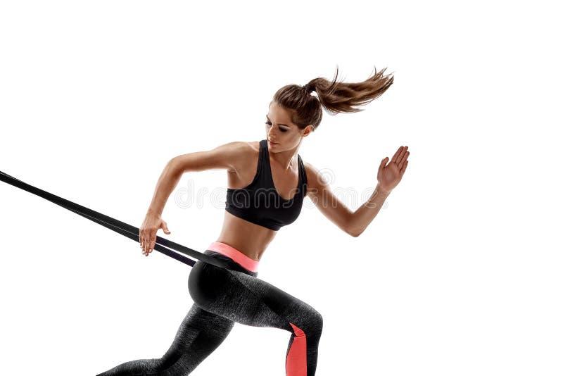 Kobieta ćwiczy sprawność fizyczna opór skrzyknie w pracownianej sylwetce odizolowywającej na białym tle fotografia royalty free