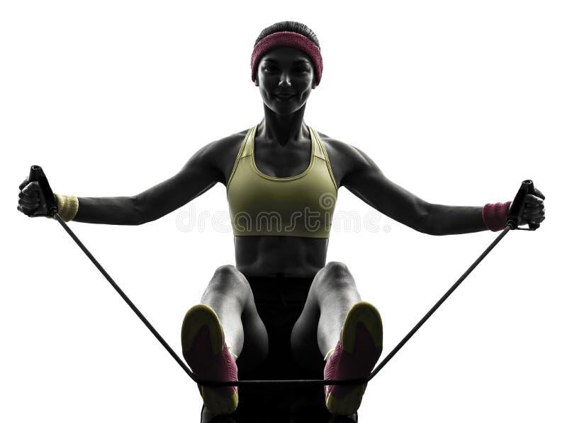 Kobieta ćwiczy sprawność fizyczna treningu opór skrzyknie sylwetkę zdjęcia royalty free