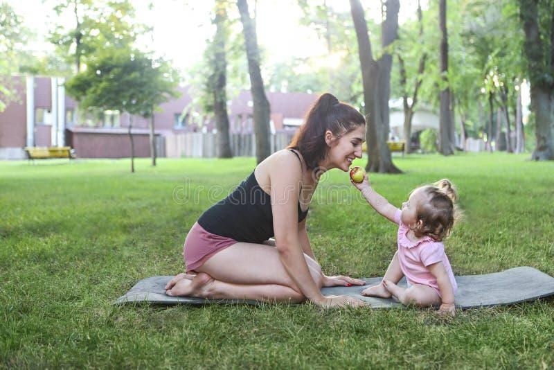 Kobieta ćwiczy z jej dziewczynką w parku zdjęcia royalty free