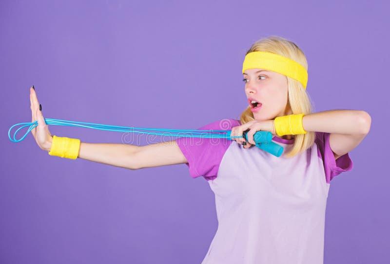 Kobieta ćwiczy z skokową arkaną Skokowy wyzwanie tydzień piękna brzucha pojęcia strata nad ciężaru białą kobietą Skokowa arkana j obraz royalty free