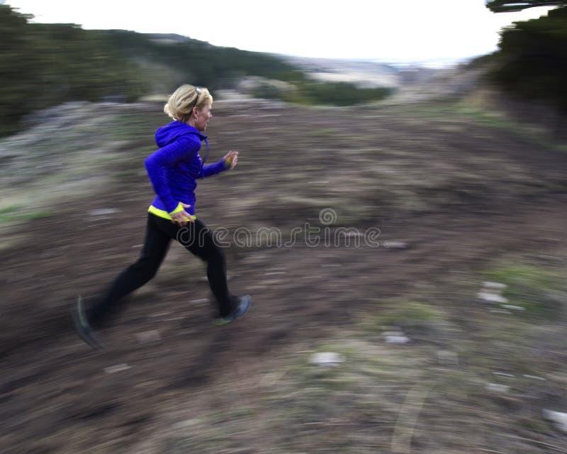 Kobieta śladu bieg w górach obraz royalty free