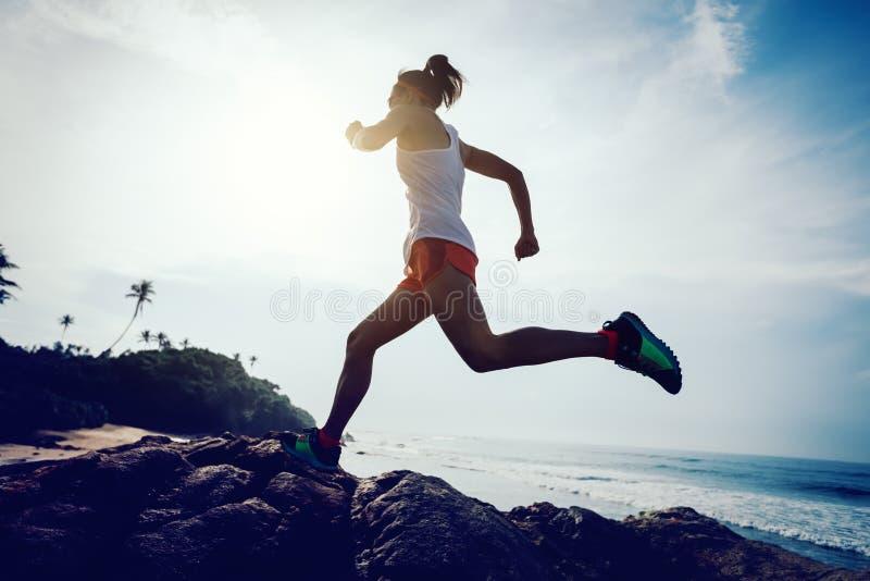 Kobieta śladu biegacz biega skalistej góry wierzchołek obrazy royalty free