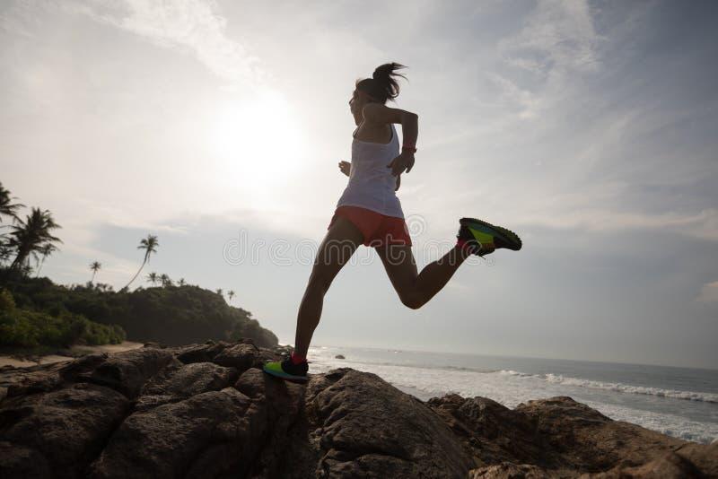 Kobieta śladu biegacz biega skalistej góry wierzchołek zdjęcia royalty free