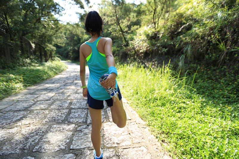 Kobieta śladu biegacz grże up na wiejskiej drodze zdjęcia stock