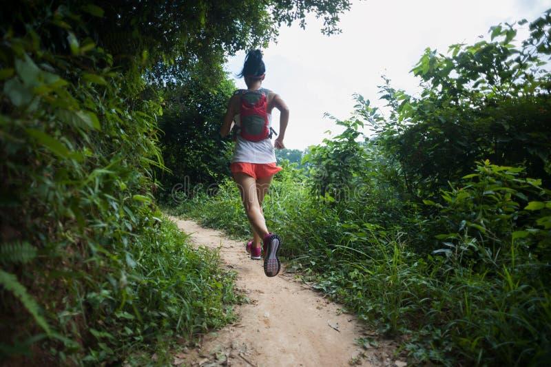 Kobieta śladu biegacza bieg na tropikalnym lasowym śladzie obraz royalty free