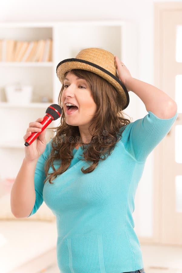 Kobieta śpiew z mikrofonem obraz stock