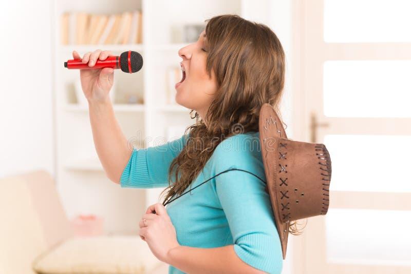 Kobieta śpiew z mikrofonem obrazy stock