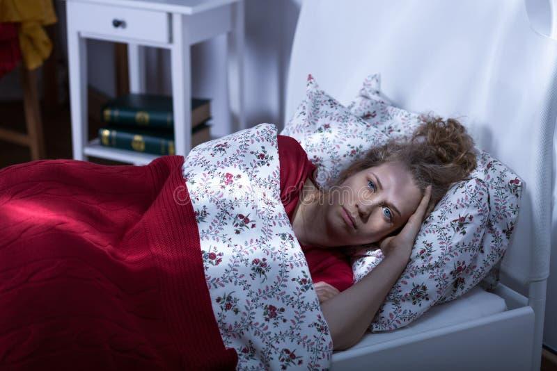 Kobieta żyje samotne cierpienie bezsenność obrazy stock