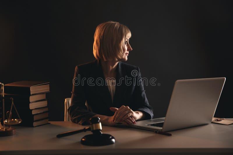 Kobieta adwokat przy miejsce pracy Notariusza pojęcie fotografia royalty free