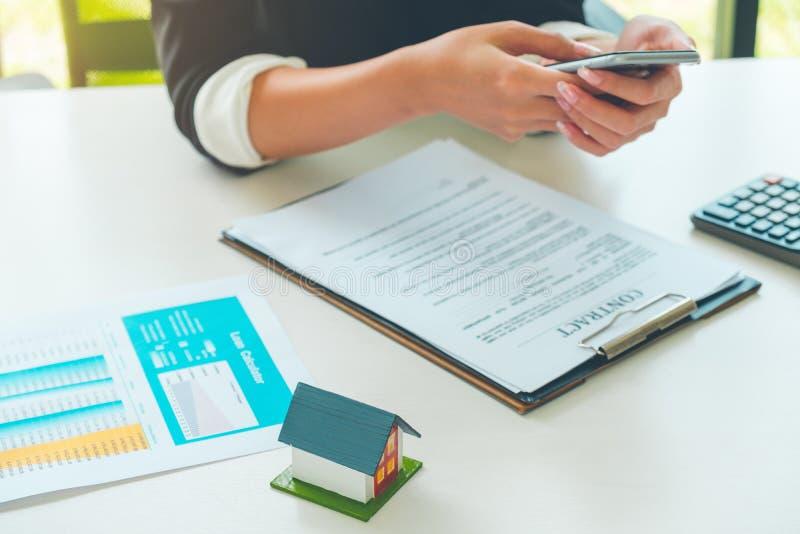 Kobieta agent nieruchomości pracuje z kredyta mieszkaniowego kontraktem, contrac obraz stock
