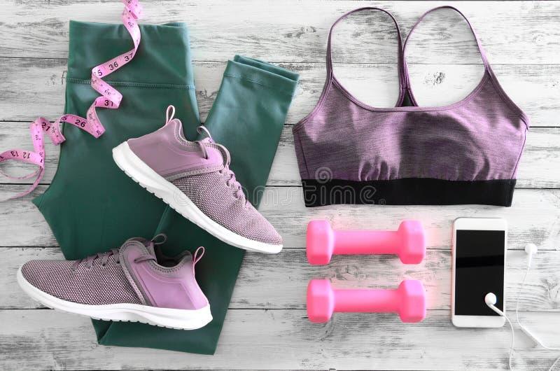 Kobieta aktywnego odzieżowi leggings, stanika obuwia sneakers i e, obraz stock