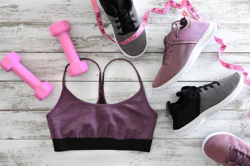 Kobieta aktywnego odzieżowi leggings, stanika obuwia sneakers i e, zdjęcia stock