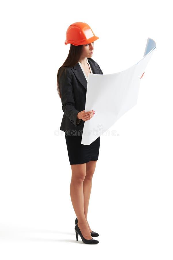Kobieta architekt patrzeje plan fotografia stock