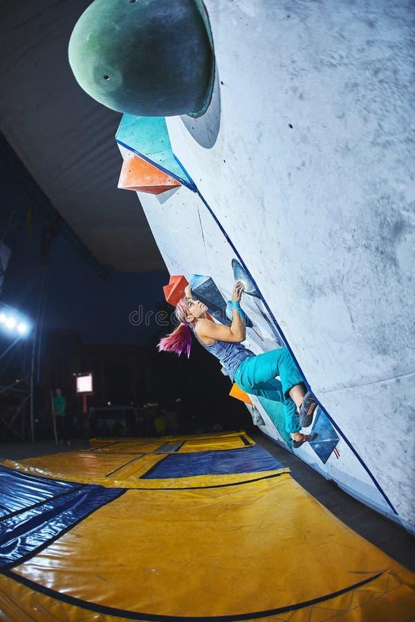 Kobieta arywista na wspinaczkowej rywalizaci zdjęcia royalty free