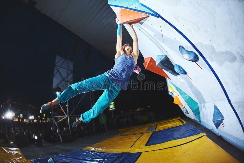 Kobieta arywista na wspinaczkowej rywalizaci zdjęcia stock