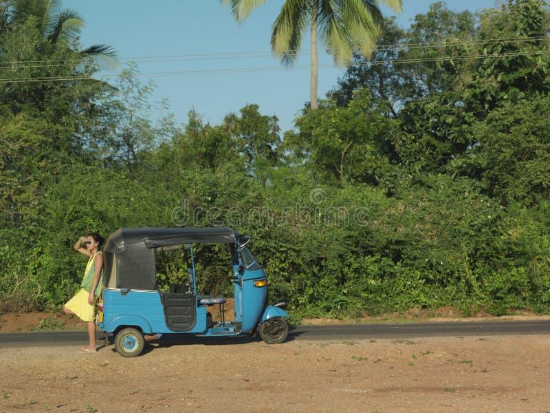 Kobieta Autorickshaw Na drodze gruntowej zdjęcie stock